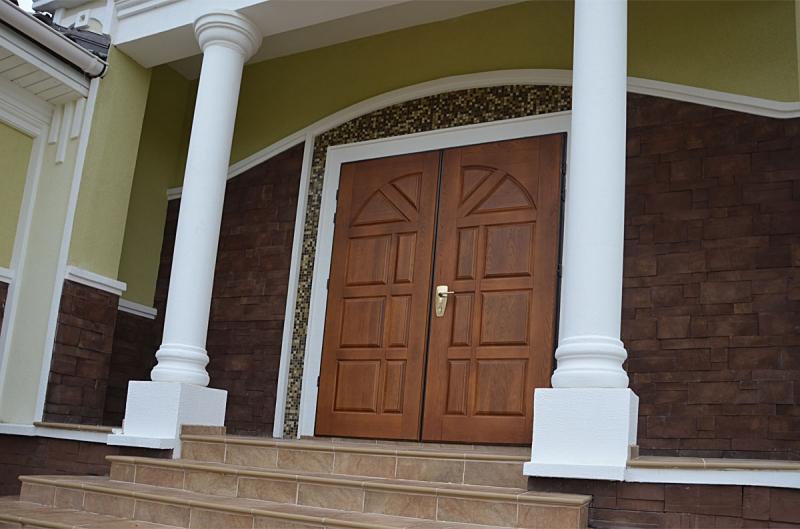 входная двухстворчатая дверь для частного дома