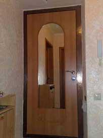вторая внутренняя входная дверь в квартиру с зеркалом