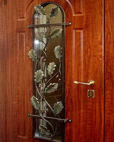 металлические двери с кованными изделиями