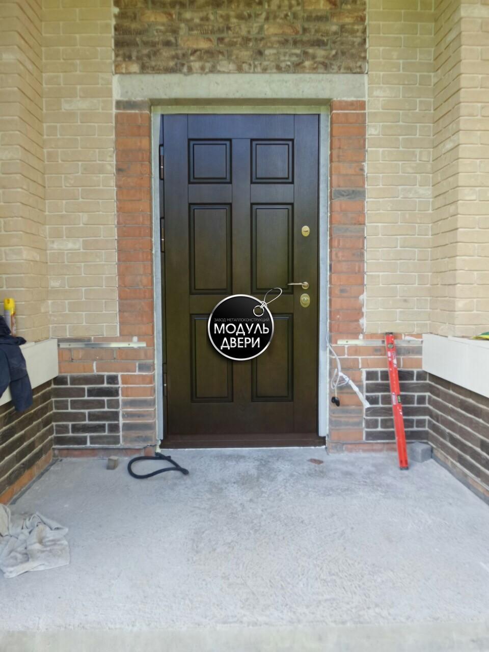 стальная дверь в электроуглях