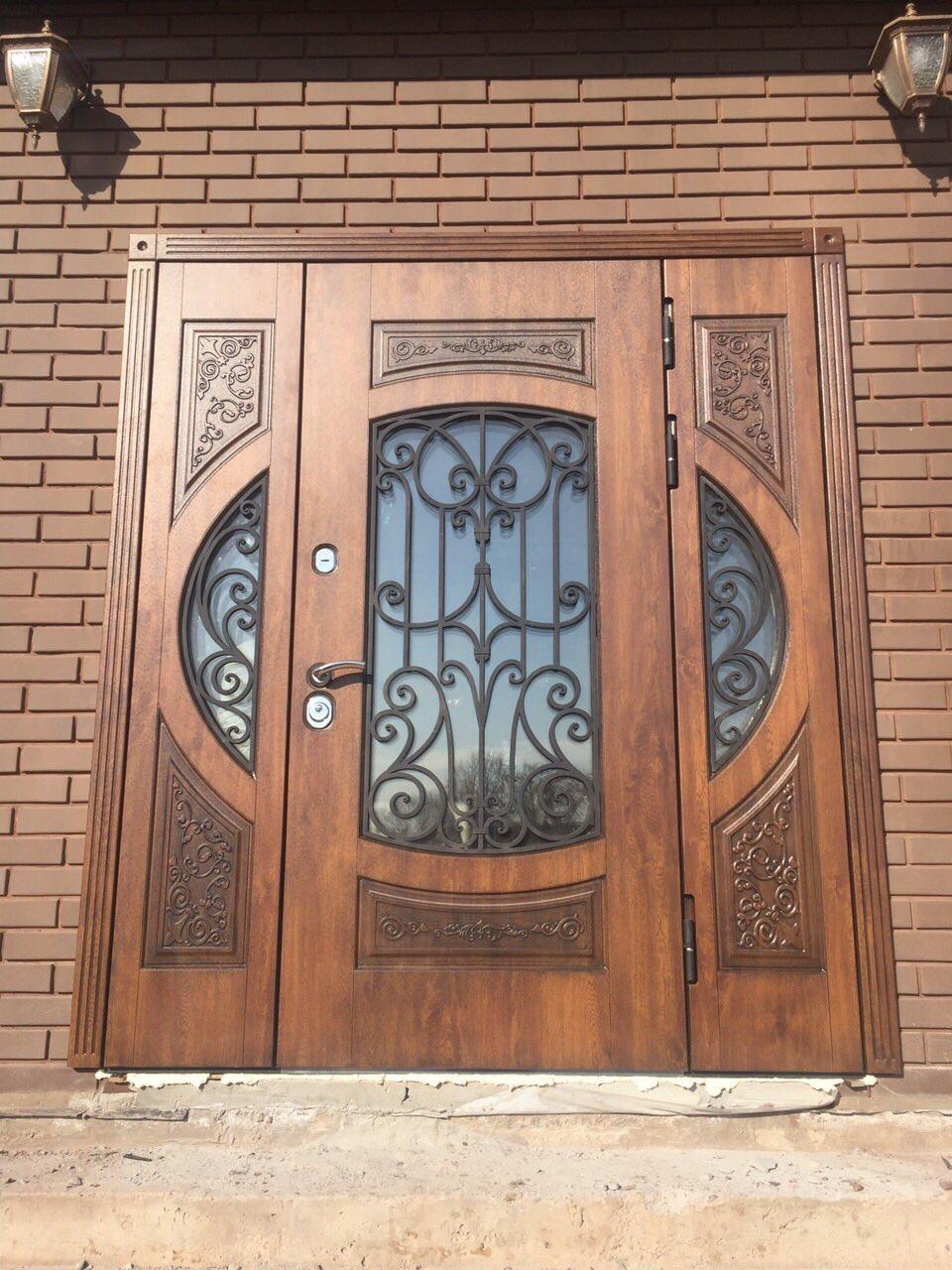 парадные входные двери со стеклопакетом и ковкой